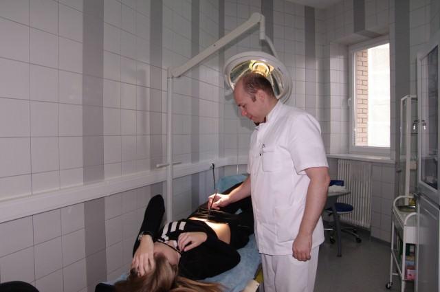 Шрам от аппендицита у девушки