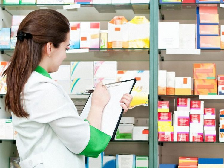 Провизор в аптеке