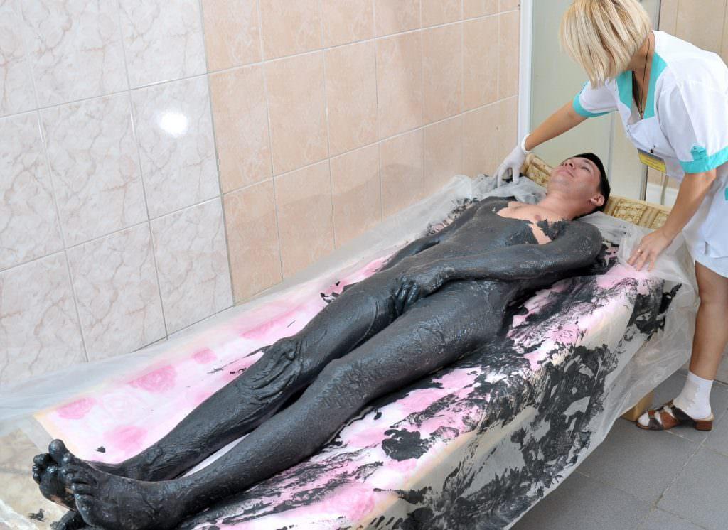 Женщина на процедуре обертывания