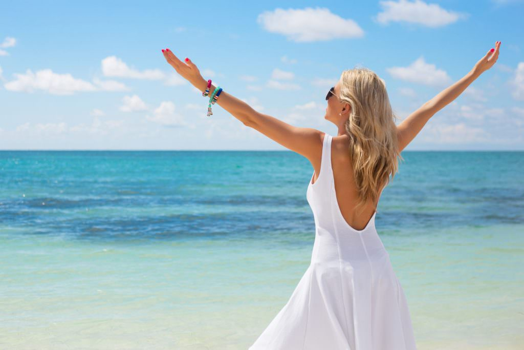 Молодая женщина на берегу моря
