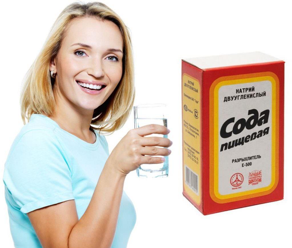 Женщина со стаканом раствора бикарбоната