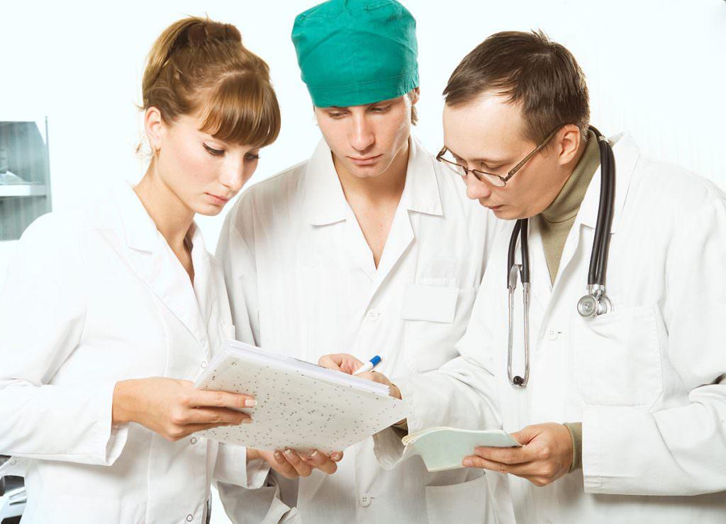 Врачи читают историю болезни