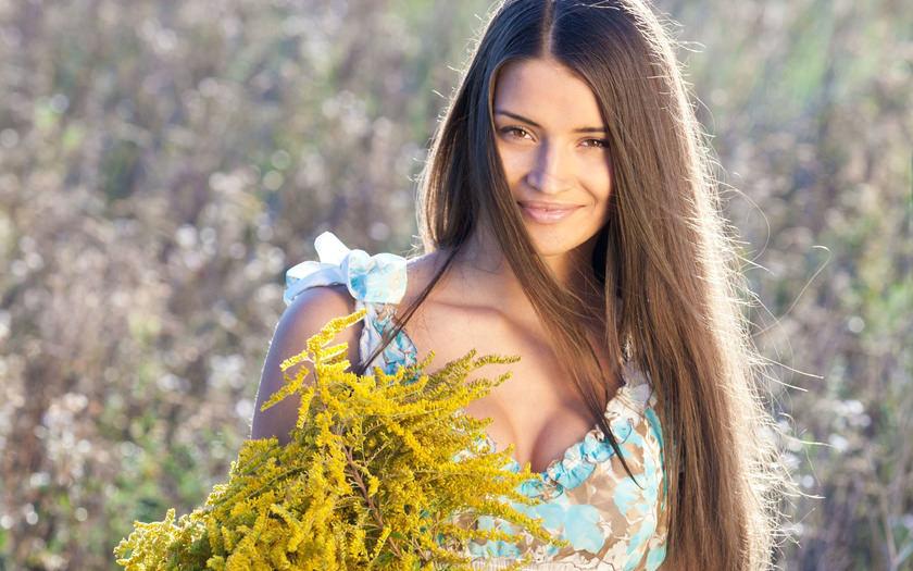 Женщина собирает травы